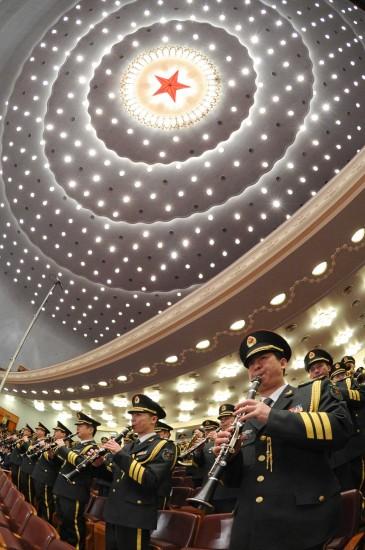 图文:军乐团高奏国歌