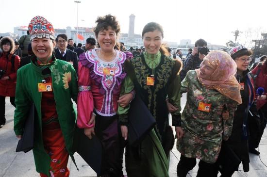 图文:来自新疆的全国人大代表抵达天安门广场