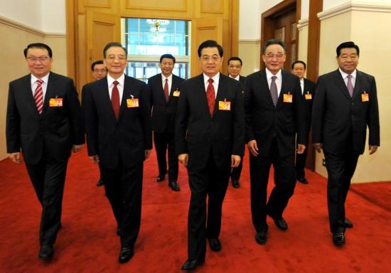图文:胡锦涛等步入十一届人大第三次会议会场