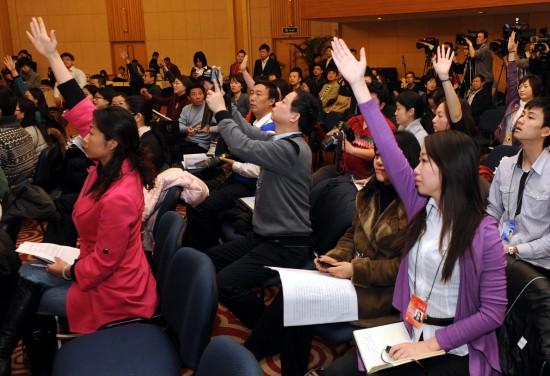 图文:记者举手请求提问