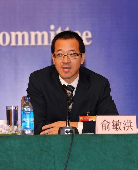 图文:全国政协委员俞敏洪在回答记者提问