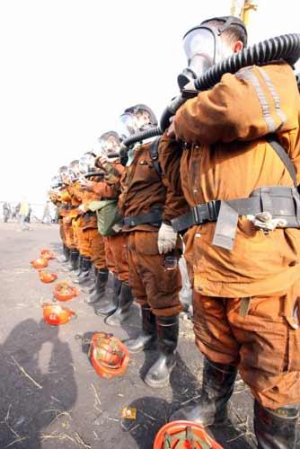 组图:山西王家岭8名毒气测量队员全副武装下井