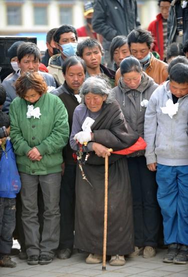 图文:玉树沉痛悼念地震遇难同胞