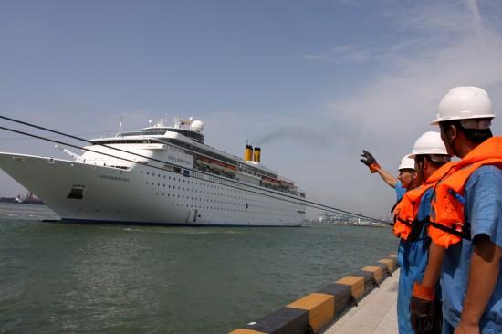 组图:两艘国际豪华邮轮首次同时靠抵天津港口