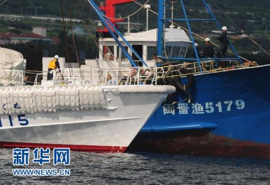 日方对所扣中国渔船进行模拟海上作业检查(图)