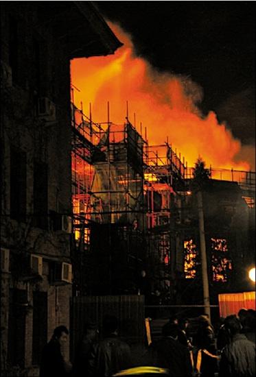 昨天凌晨,现场火光冲天。本报读者供图