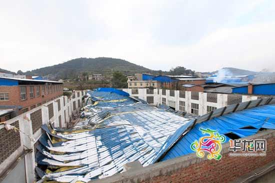 今日凌晨1时许,重庆九龙坡区白市驿镇一家金属表面加工厂的金属钢架