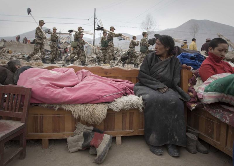 图文:地震废墟上的达错一家人