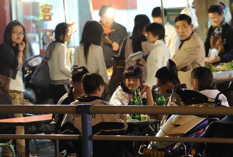 图文:5名中学生在路边小店抽烟喝酒