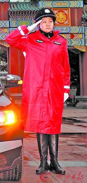 重庆公安局长为女交巡警设计红色雨衣