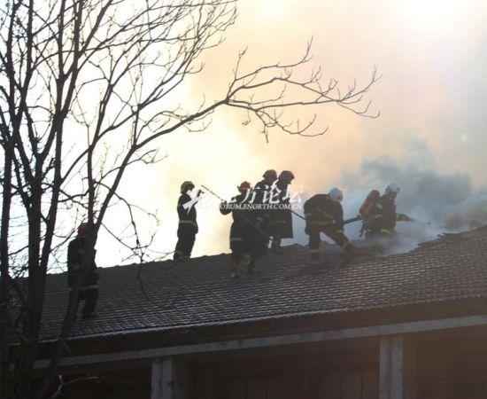 消防人员在灭火。网友供图