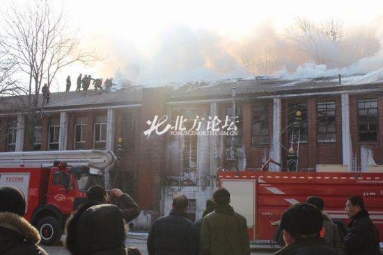 多辆消防车到天大灭火。网友供图