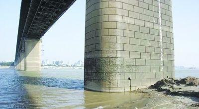 """5月17日,武汉长江大桥桥墩下的水位线已""""露底""""。中 新"""
