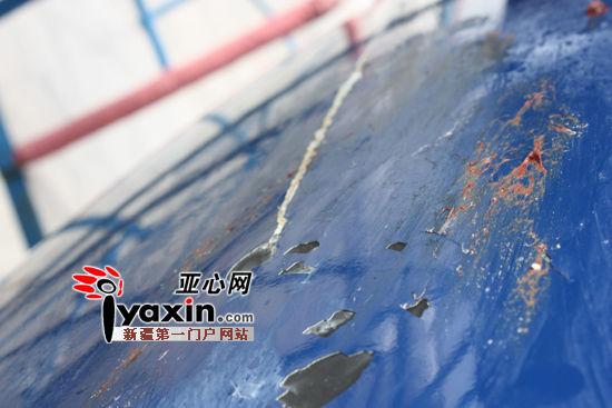 飞机机头前的油漆被鸽子撞脱落。亚心网记者 张军 摄