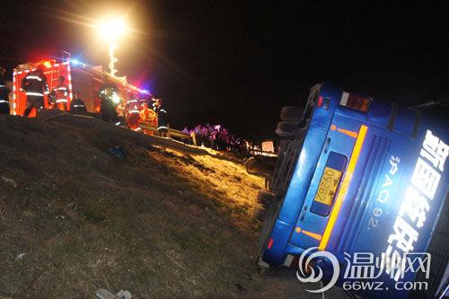 温州:上海-温州大型客车高速侧翻 造成5人受伤