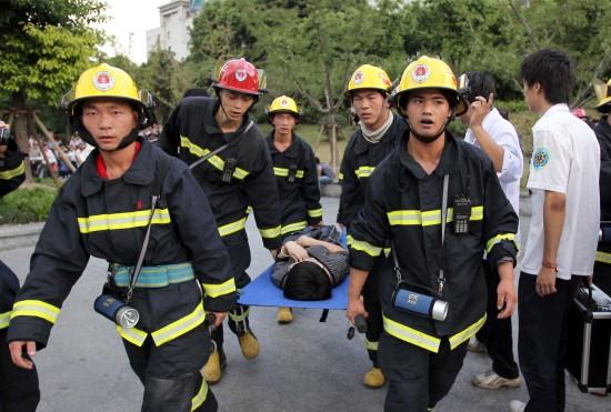 救助人员将伤员抬出十号线豫园站