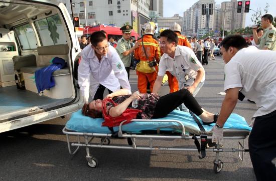 医护人员将伤员抬上救护车