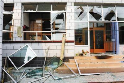 与工厂一路之隔的村民家受损严重,门窗玻璃几乎全部被震碎。本报记者 尹亚飞 摄