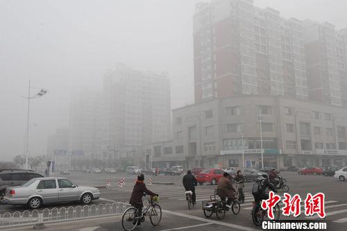 11月28日,天津中心城区被浓浓的雾气笼罩。该市气象台发布大雾橙色预警,预计未来6小时天津地区可能出现能见度低于200米的大雾, 局部地区能见度小于50米。中新社发 郭晓帆 摄