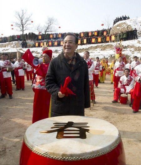 图为2012年1月22日温家宝总理来到甘肃省庆阳市环县木钵镇高寨沟村看望村民,同大家一起喜迎新春。新华社记者李学仁摄