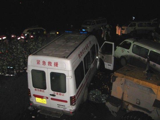 2月3日晚,救援车辆停在发生瓦斯爆炸的钓鱼台煤矿井口外。新华社发