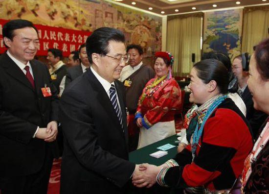 3月9日,中共中央总书记、国家主席、中央军委主席胡锦涛参加十一届全国人大五次会议西藏代表团的审议。这是胡锦涛同代表们亲切交谈。鞠鹏 摄