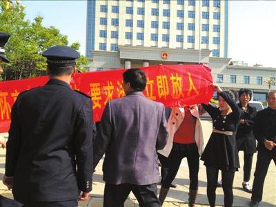 昨天开庭前,李怀亮的两个女儿呼吁法庭放人