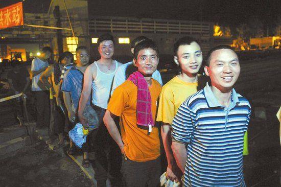 4月25日,芦山县体育馆外的淋浴点,居民排队洗澡。