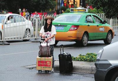 7月22日晚7 时许,台北姑娘刘相梅在西安市南大街北口西侧的打车点打车时,向出租车司机告知目的地后屡屡 遭拒。最终无奈拉着行李走到约1.3 公里外的酒店  本组图片由新华社记者 丁海涛 摄
