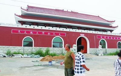 辽宁葫芦岛市绥中县小庄子镇二河口海边,这座建筑物和北京天安门看