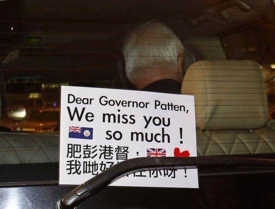 他们手持英国国旗及港英旗,又用手机播放英国国歌,表达他们希望香港回归英国统治。