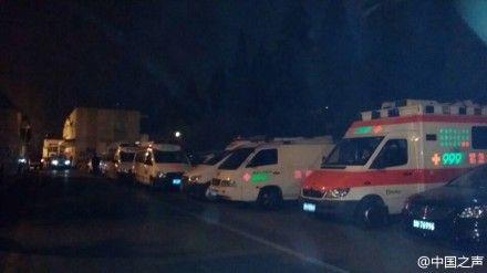 乘客家属所在饭店院内已停满救护车