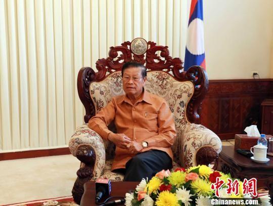 """老挝副总理宋沙瓦?凌沙瓦在老挝总理府接受了中新社组织的""""新世纪丝绸之路华媒万里行""""采访团的专访。 蒋雪林 摄"""