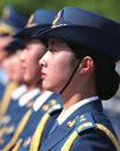 女仪仗兵发髻体现东方之美 女仪仗兵的发型是由专业设计师设计,保持了女军人发型的简洁与端庄,展示了中国女兵的独有风采