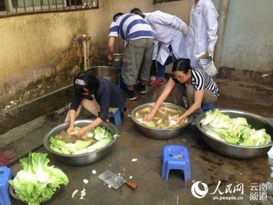 云南鲁甸灾区用浑水洗菜