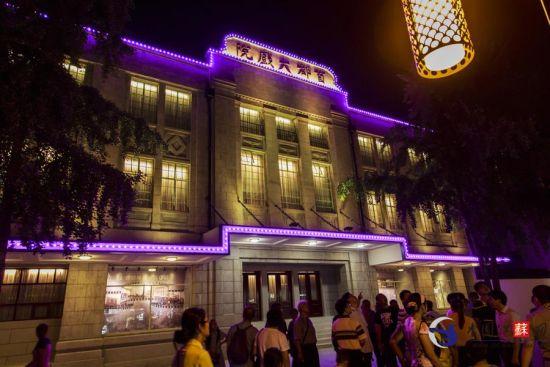 1931年建成的首都大戏院位于南京夫子庙贡院街84号,目前已经修缮完毕,昨晚亮灯,即将开业。