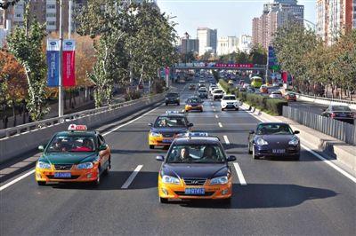 昨日下午2时30分许,东三环主路三元桥行驶通畅。A10-A11版摄影/新京报记者 侯少卿 林野