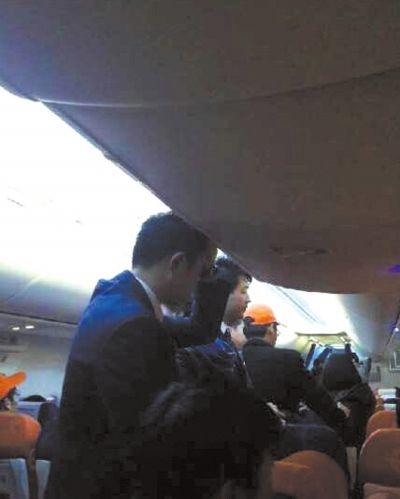 乘客与机组交涉。