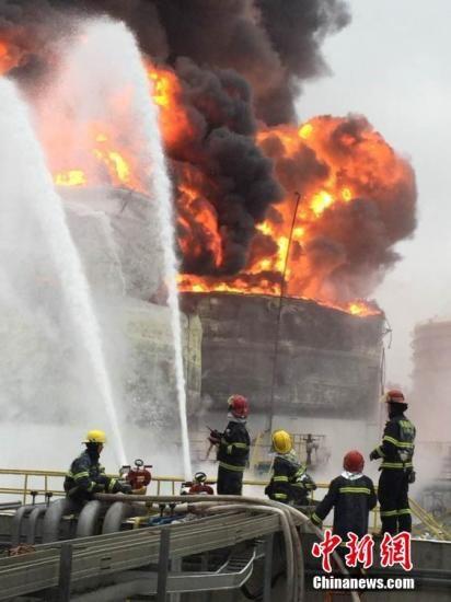4月7日上午,在福建古雷腾龙芳烃漏油着火事故现场,消防官兵正对余火进行全力围歼。姜超 摄