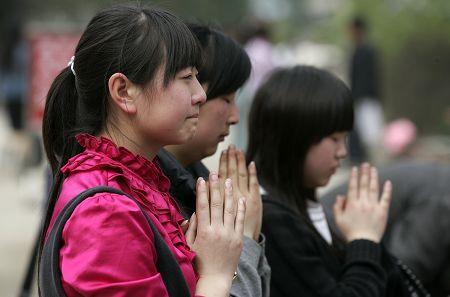 清明9万人重返北川祭奠:想和亲人多说几句(图)