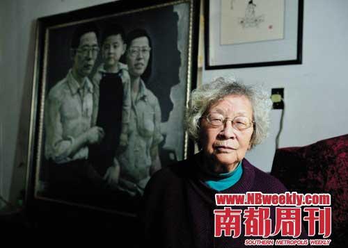 和凤鸣身后的油画,是当年的全家合影。 摄影_刘浚