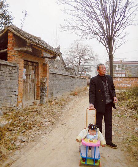 老人带着小孩是村中常见景象。