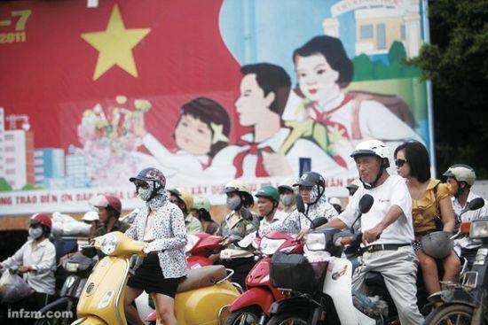 河内街头,社会主义宣传画林立。但意识形态的接近,并不能降低越南人对中国感情的复杂和纠结程度。 (南方周末记者 翁洹/图)