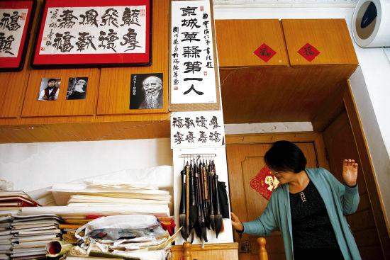 """王宝洺是一位小有名气的书法家,朋友称其为""""京城草隶第一人""""。图为王宝洺家的书房。"""