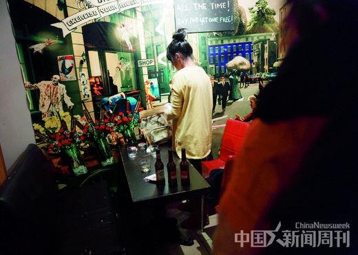 11月11日,上海杨浦区酒吧中的少女。 摄影/ 本刊记者 孙晓曦