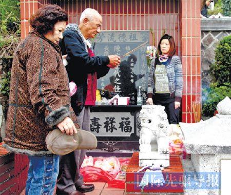 86岁的老人陈桂官在阳明山祭拜亲人。本报记者 任沁沁/摄