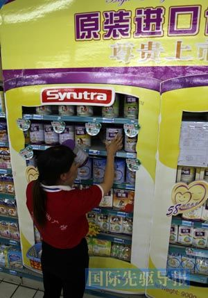 关税降,洋奶粉价格不降,关税涨,洋奶粉价格跟涨。图为山东省临沂市郯城县一家超市,工作人员在整理货架上的进口奶粉。本报记者 张春雷/摄