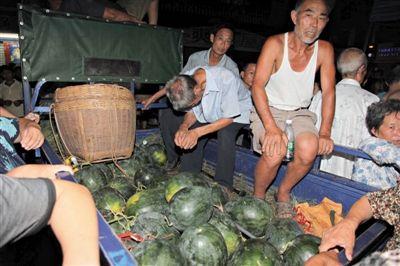 瓜农邓正加的摩托车和亲手种植的西瓜。17日上午,临武县城管局在执法过程中,与南强莲塘村村民邓正加发生争执冲突,邓正加死亡。图/IC