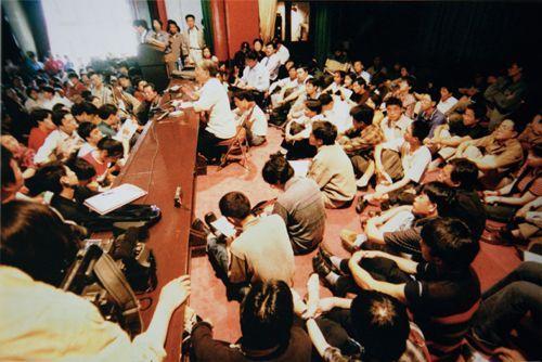 厉以宁(中间授课者) 在北京大学电教楼授课。拍摄时间不可考。