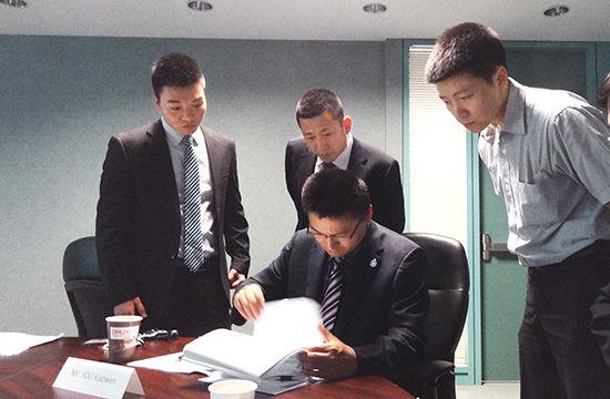 2013年6月18日, 行动组在某国研究调整缉捕工作方案。